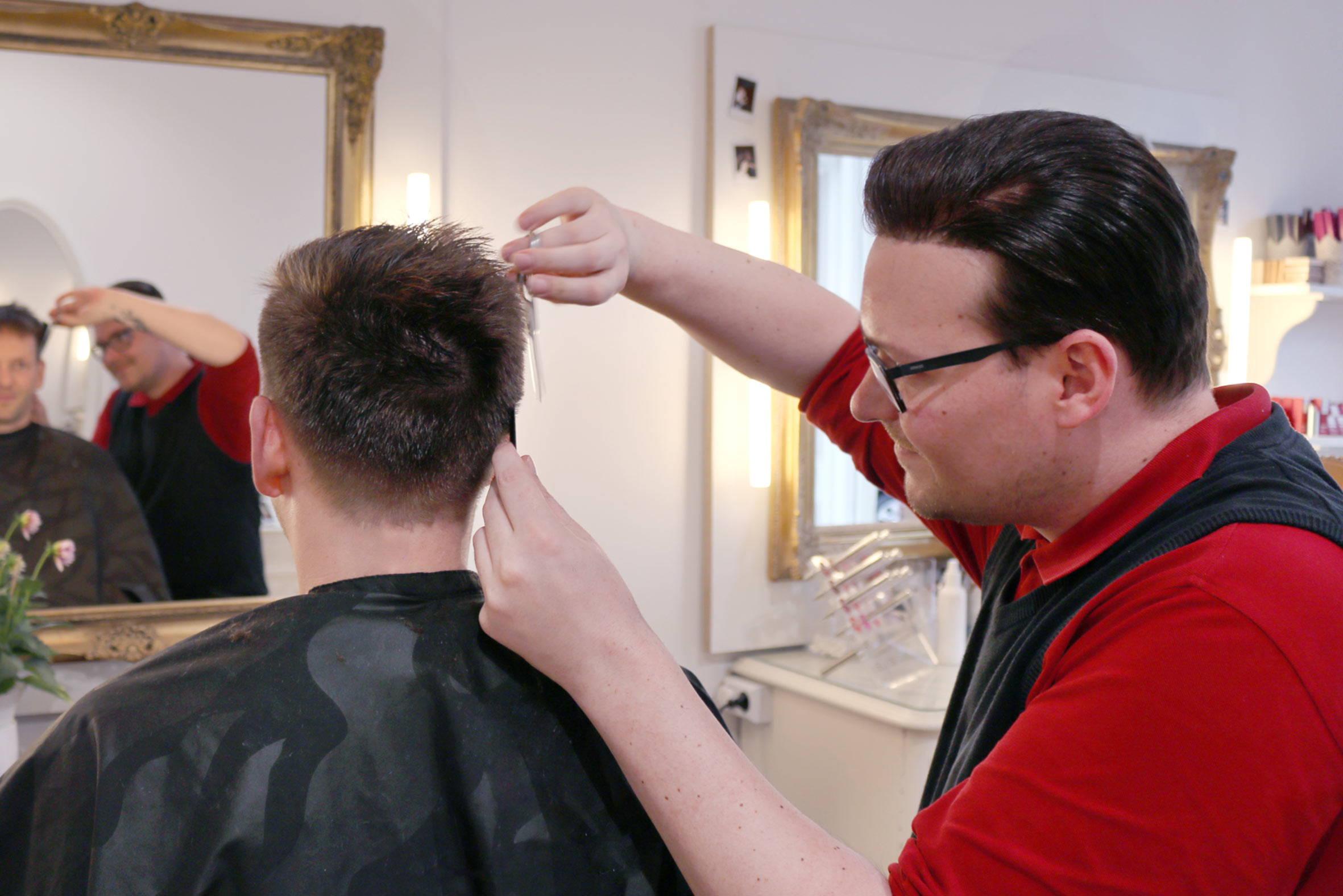 stilvoller herren haarschnitt vom friseurmeister bei püppikram in berlin friedrichshain