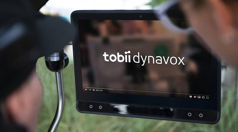 Person schaut auf die Tastatur auf einem Bildschirm und benutzt Augensteuerungstechnologie von Tobii Dynavox