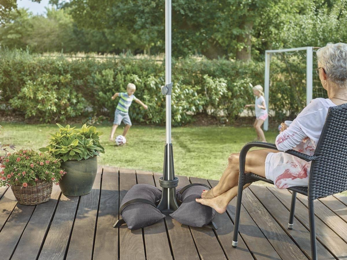 Baser parasolfod på terrassen. En Baser parasolfod er stabil og nem at samle.
