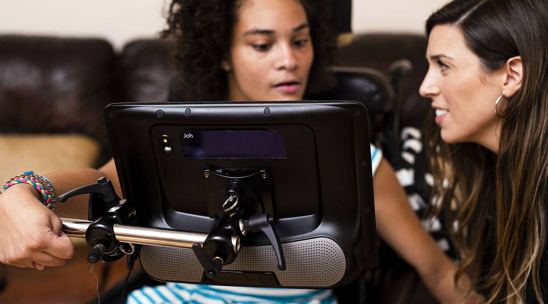 En kvinne bruker Tobii Dynavox I-Series med Partner Window.