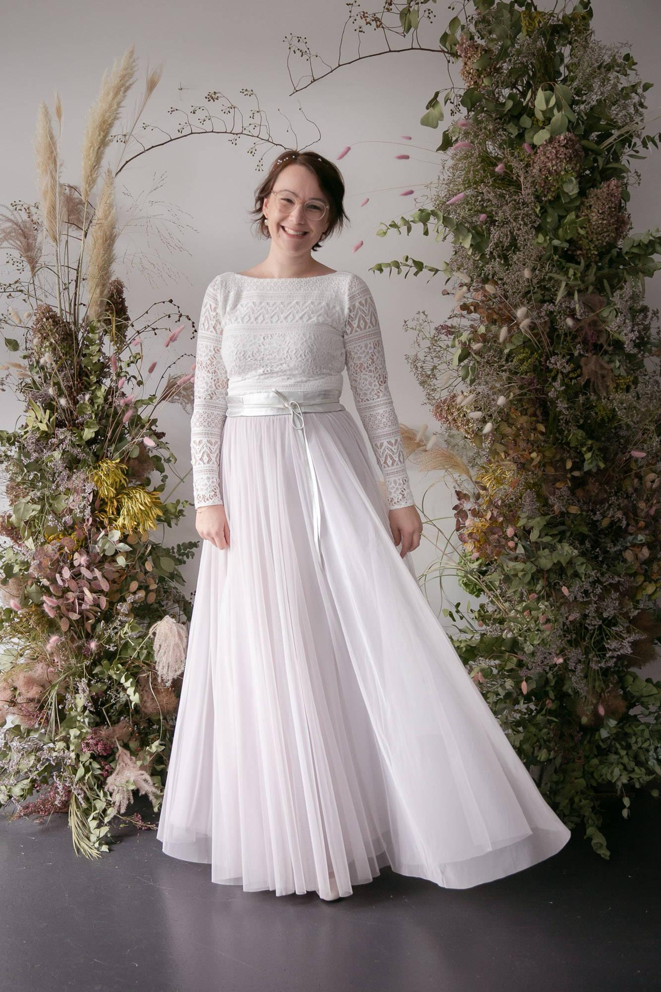 noni Brautkleider, moderne Brautkleid-Kombination aus rückenfreiem Body und langem Softtüllrock