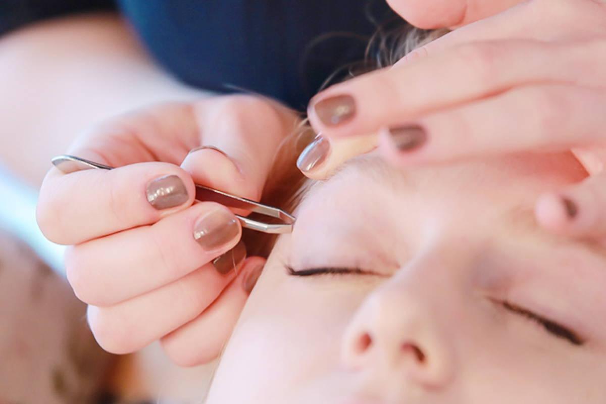 lass dir von der püppikram kosmetikerin die augenbrauen zupfen