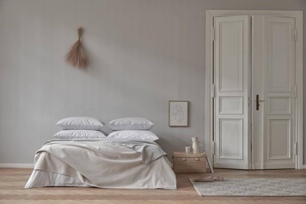 Schlafzimmer mit nachhaltig gefertigter Bettwäsche