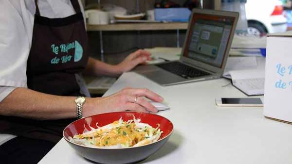 plats régime et Véro devant l'ordinateur