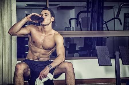 Mann nach dem Training beim Trinken eines BCAA Drinks