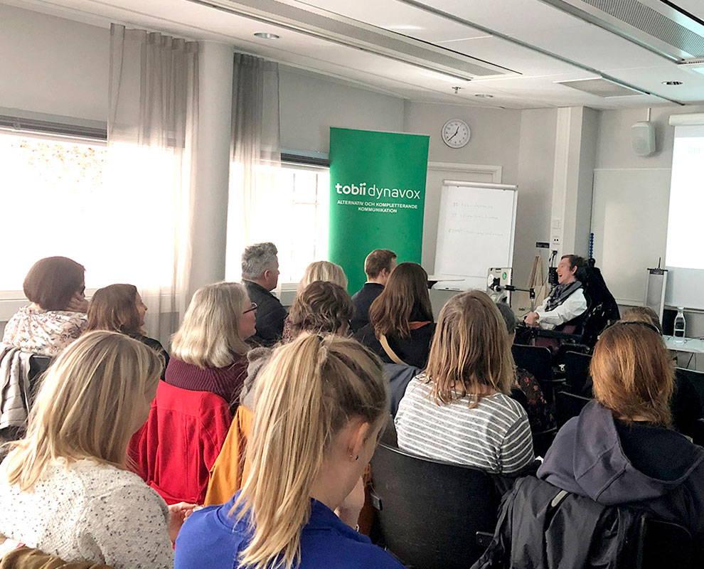 Publikum hört Vortragendem bei einer Veranstaltung von Tobii Dynavox zu