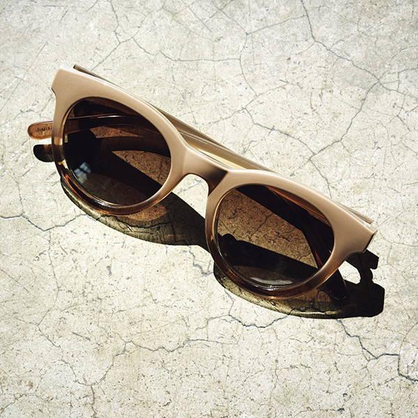 Solbriller, smykker og strand