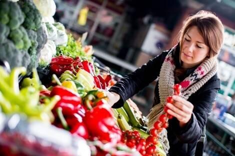 Vegane Lebensmittel kann man z. B. online oder auf dem Wochenmarkt kaufen