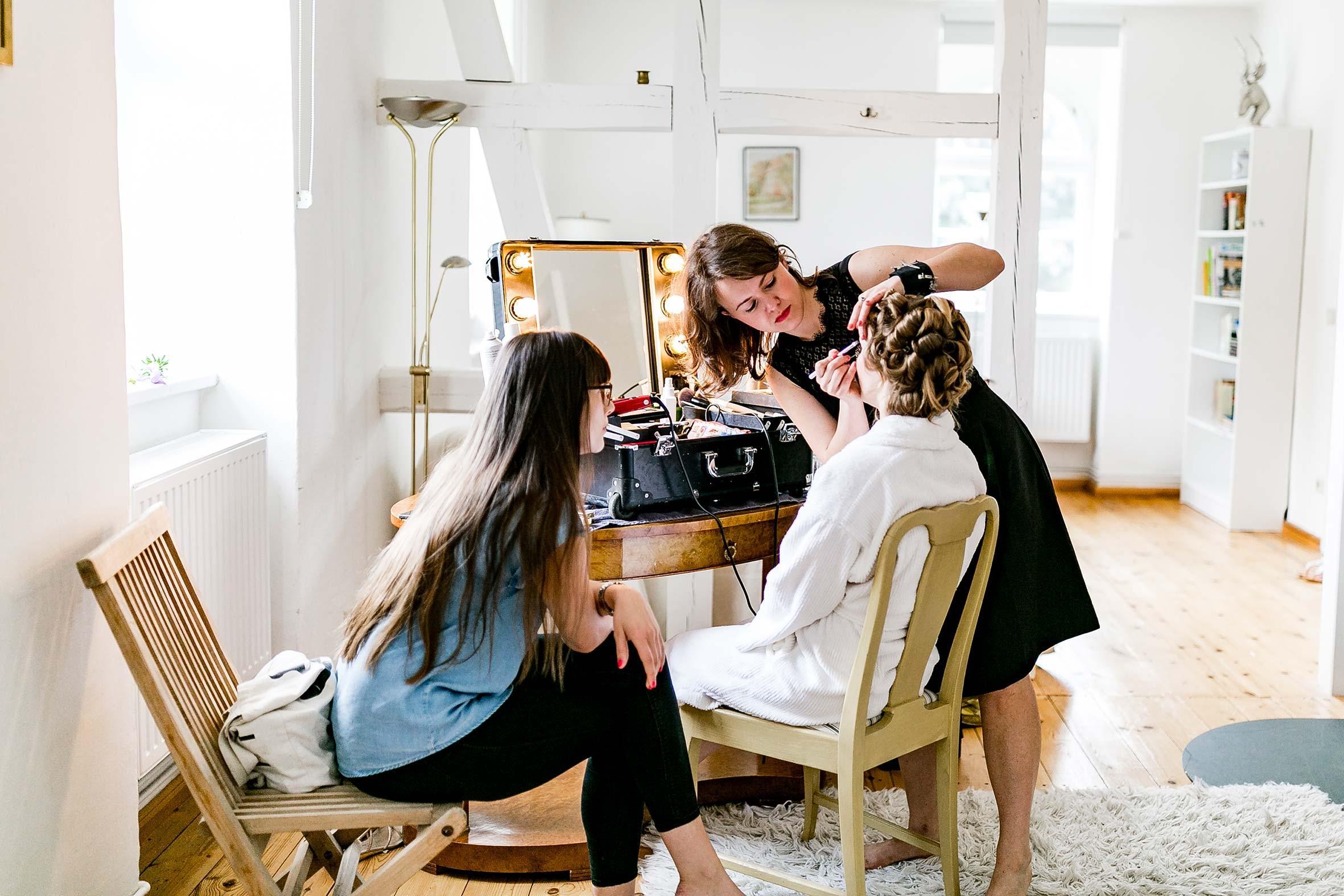 deine püppikram stylistin betreut dich am tag der hochzeit mit braut make-up und brautfrisur