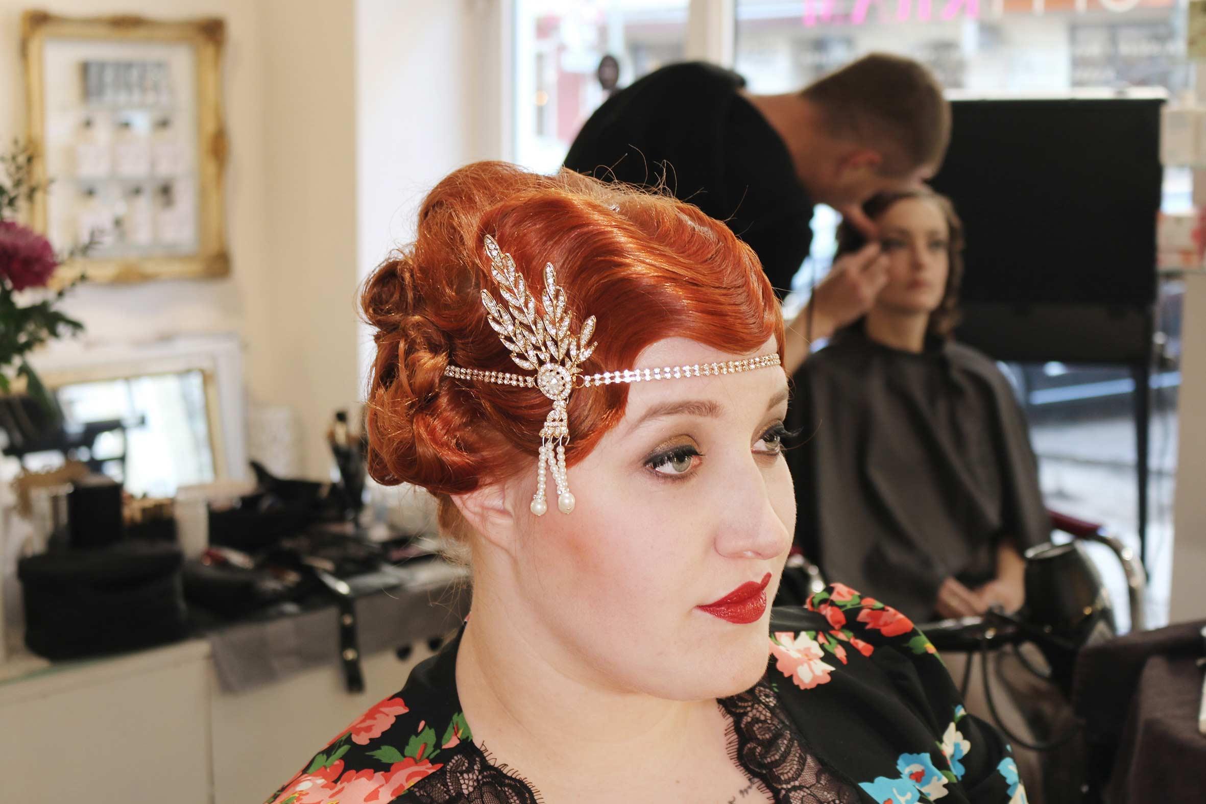 wasserwelle bei roten haaren im zwanziger jahre stil mit klapsband